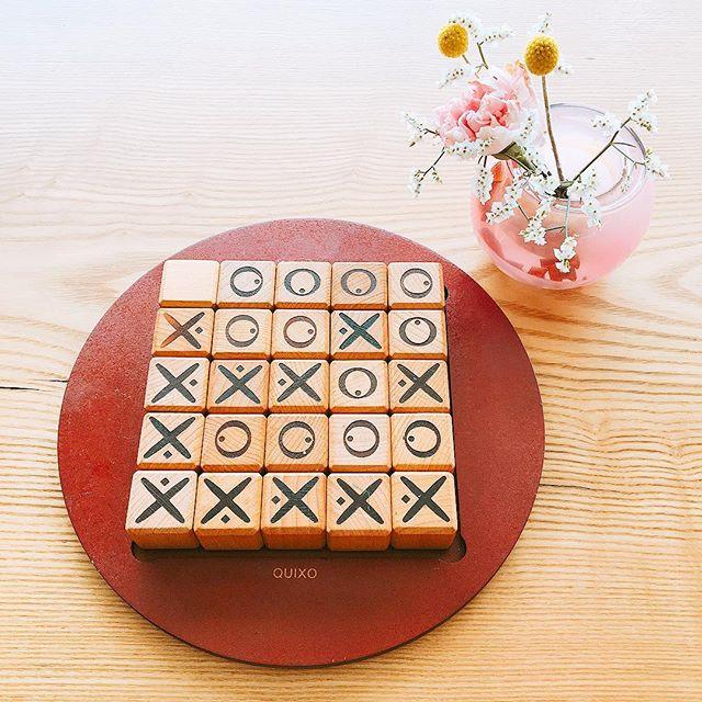 ボードゲーム 「クイキシオ」 フランス版の五目並べ 縦横斜め直線上に○か️を並べた方が勝ち! アルタナカフェに置いてありますので興味のある方はぜひ(^^) 本日も10時から17時までのオープンです。