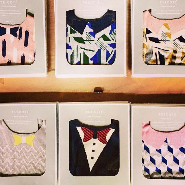 . ◆Tricote ベビースタイ ¥3,900+TAX 綿100%の柔らかくもしっかりとした生地に、他にはないカラフルなデザインが目を引きます。 品のよいパッケージで贈り物にもぴったりです。ラッピング承っております! .