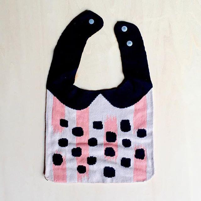 . 柔らかくて温かみのある生地が赤ちゃんに優しい、Tricoteのベビースタイ。綿100%、手洗いもOK。 . ◆Tricote スタイ ランダム幾何学柄/BEIGE ¥3,900+TAX .