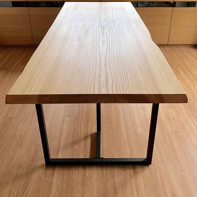 ホワイトアッシュ一枚板MUKUTEN ダイニングテーブル納品事例 2100mm×800mm 和風住宅を現代的にリフォーム中のご来店。お客さまの大まかなイメージと希望サイズとご予算をお聞きし、板探しからお任せ頂き、オーダー提案させていただきました。 日本のタモに類するホワイトアッシュは、優しい色合いと木目が和モダン空間に主張しながらも溶け込みます。 和洋問わずキレイ系のインテリアにおススメです。 ありがとうございました。 9/7現在店内展示ALTANAのMUKUTEN 樹種など詳しく知らなくても、イメージや設置場所、サイズ(図面など)使用方法などお聞かせください。板探しからご提案いたします。