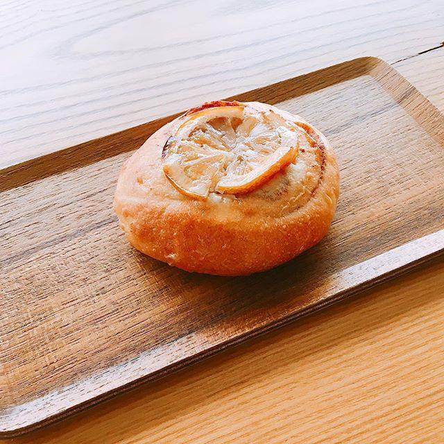 「スライスレモンシナモンロール」 11月18日に開催する第5回ぬまづパンマルシェでアルタナカフェも出店します。 今回のパンはシナモンロールの上にスライスしたレモンをきび砂糖に漬け込んだ物をのせ、更にシナモンのアイシングを上からかけました。 シナモンの香りとレモンの酸味、程よい苦味がクセになるパンに仕上がりました(^^) アルタナカフェは本日も10時から17時までのオープンです。
