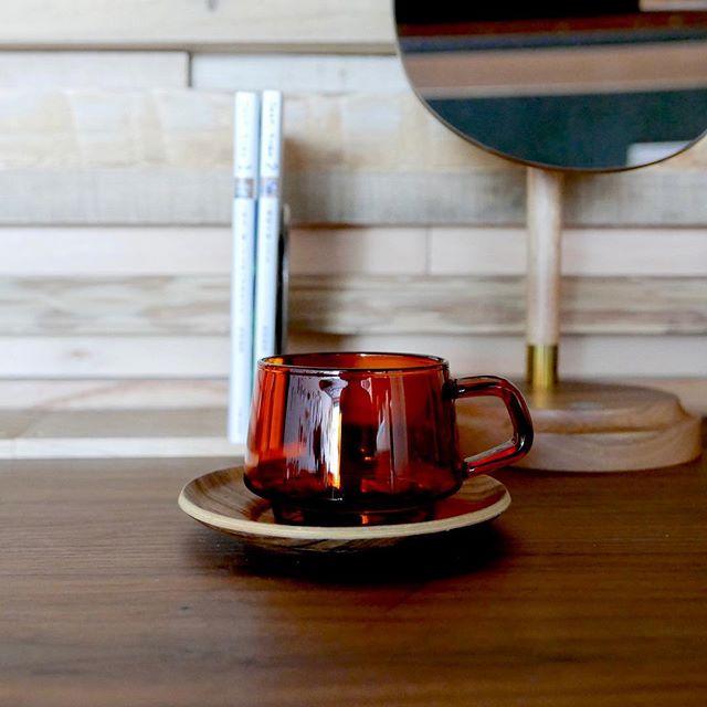 琥珀色のカフェタイムは ブラックウォールナットのデスクで。 KINTO SEPIA カップ 270ml 1,500yen+tax SEPIA ノンスリップソーサー 130mm チーク 800yen+tax