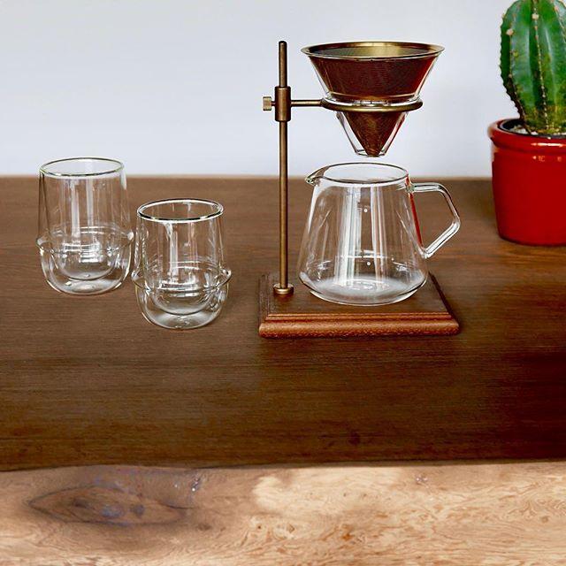 スローコーヒースタイルは、重硬かつ強靭でスタイリッシュなウェンジ一枚板テーブルで。 SLOW COFFEE STYLE SPECIALTY 02 ブリューワースタンドセット 4cups [スタンド] ウォールナット , 真鍮, 18-8ステンレス, シリコーン [フィルター] チタンコーティング18-8ステンレスゴールド真鍮色[ブリューワー, サーバー, ホルダー] 耐熱ガラス 15,000yen+tax ダブルウォールコーヒーカップ 1,000yen+tax ダブルウォールエスプレッソカップ 800yen+tax