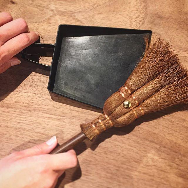 昔ながらの暮らしの道具。卓上のお掃除に便利です。 松野屋 ・シュロダルマ荒神ぼうき 2,400yen+ tax ・マダガスカルアイアンミニちりとり 2,000yen+ tax