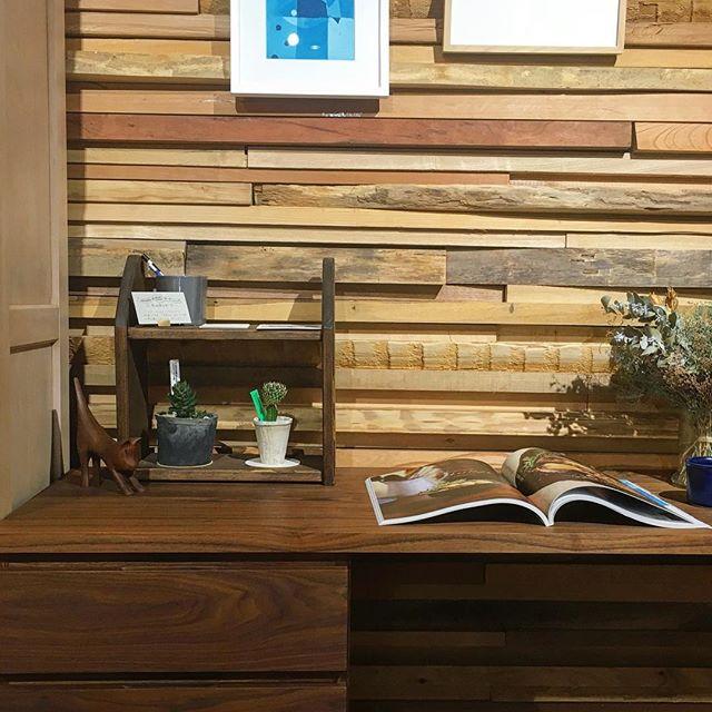 ◆DIYワークショップ ご予約受付中! —————————– 机上棚づくりワークショップ 9月23日(日)10:00〜12:00 定員:4名 参加費:2,500円 —————————– インテリアにすっきり馴染む、木の棚を作りませんか? お部屋の雰囲気に合わせて自分で塗装し、組み立て。 木肌の感触を楽しみましょう! . 完成したら、実際にどのように使いたいかイメージしながら、写真のようにハナレ商品をレイアウトしてみましょう。気に入ったら小物のご購入も◎ . ハナレでDIYを楽しみながら、 飾る時のレイアウトまで一緒に考えてみましょう! . こちらまだまだご予約受付中です! 参加ご予約は0545-51-8700か、第一建設イベントサイト「Culas+」http://culas-plus.jp、またはDMにて承ります! 皆さまのご参加、お待ちしております .