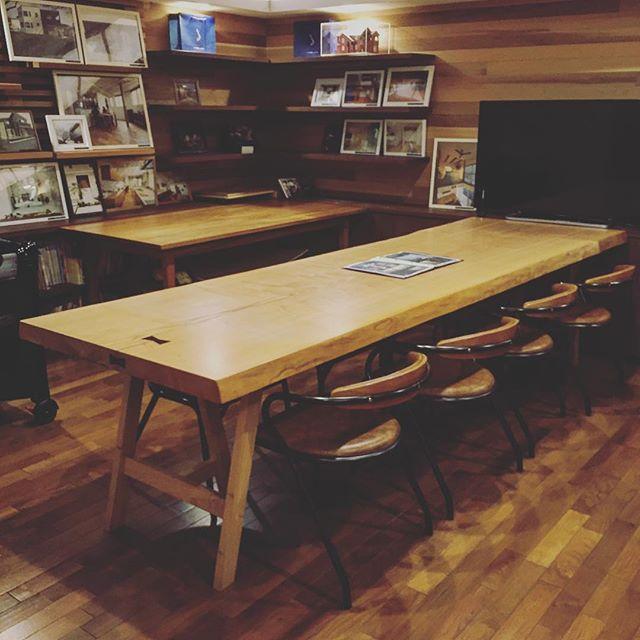 大迫力の3m級の一枚板は、オフィスのミーティングテーブルや飲食店におススメです! 大きな一枚板をお探しの方もぜひ、ご相談ください。 写真はALTANA Caféの個室へのタモ一枚板設置事例。8〜10人着席可能です。