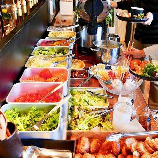 本日の毎月第1日曜日は恒例の9:00openアルタナテーブルマーケット! お一人さま1,000円 小学生以下500円で、有機野菜を使ったサラダバイキンaltanacafecafeのカレーランチメニューなどをバイキングで堪能できます。 テーブルマーケット10月は、小麦屋の天然酵母パン, かぼちゃ、栗、抹茶、コーヒーの4種が新たに届きます! また、富士宮の有機野菜生産農家さんの季節の野菜たちと、数々のパンや食材が並びます。 疲れが取れない方、少し冷えが気になる方は、ぜひ三階の癒しコーナーへ足をお運びください!