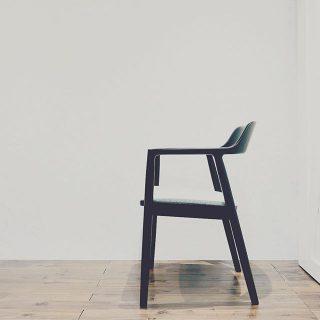マルニ木工×深澤直人 マルニコレクション「HIROSHIMA」アームチェアの展示取扱いがはじまりました。緩やかなカーブを描く背板からアームと広めの座面はゆったり心地よく、ダイニングだけでなくラウンジチェアにもおすすめ。 世界に認められている 品質とデザインのヒロシマ チェアを是非お試しください。 マルニコレクションHIROSHIMAアームチェア ビーチ×マットブラック塗装 張座MIX FLANOグレー(展示中)