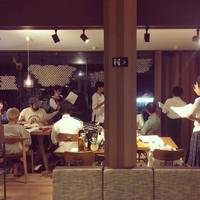 昨晩のALTANA夜カフェは、静岡県の劇団SPACの台本を読む体験「リーディングカフェ」でした。俳優奥野晃士さんナビゲートのもと11月静岡芸術劇場にて公演予定のフランツ・カフカ「変身」の一幕をリーディング。店内が舞台の稽古場に大変身!時間を忘れて盛り上がりました!ご参加の皆様ありがとうございました。 舞台芸術作品の創造と上演とともに、優れた舞台芸術の紹介や舞台芸術家の育成を事業目的として活動しているSPAC「変身」の公演スケジュールは→ http://spac.or.jp/die_verwandlung_2017.html 修善寺、三島、沼津駅から劇用までの無料観劇バスがあるそうです!