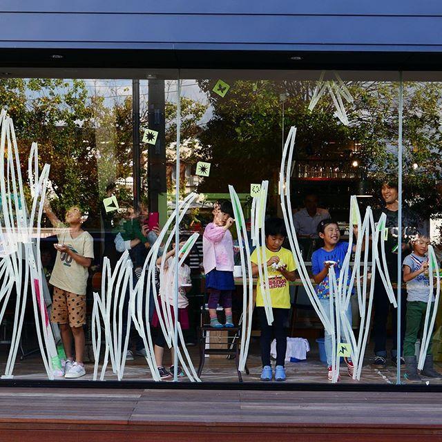 10/22sun.は、ALTANA Caféオープン1周年を記念して、ちょうど1年前にも開催した、画家・持塚三樹さんによるガラス絵のワークショップを再び開催いたします アルタナのショーウィンドウガラスに今年はどんな世界が描かれるのでしょうか?!楽しみです! ALTANA Caféオープン1周年記念ワークショップ「画家・持塚三樹さんといっしょに大きなガラスに絵を描こう!」 日時;10/22(日)13:00〜15:00 対象;年長〜小学生 参加費;1,000円(ドリンク・デザート付) ご予約;TEL 0545-52-9504またはコチラから→http://culas-plus.jp/concept/11092.html