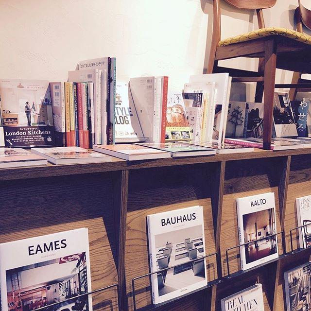 ハナレアルタナ店内には「部屋を考える」をテーマに、インテリア、住まい、キッチン、暮らし、あかり等の関連書籍をセレクトした書店コーナーがあります。 お部屋の模様替えや暮らしが豊かになるアイデアを探してください HANARE-ALTANAアルタナの丁度良い「しつらえ」-部屋を考える-お店。 10/1sun.9時グランドオープン!グリーンマーケット開催。 天然木テーブル・チェア・ソファ・キッチン・生活道具雑貨・本・グリーン・アート 富士市役所北裏通りアルタナカフェ向かいopen!0545-51-8700 open金〜月11時〜17時 closed火水木
