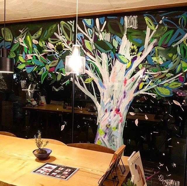 アルタナカフェに出来た大きな木! 昨日行われたワークショップで子供達と芸術家の持塚三樹さんが描いた作品!インスタ映えもするのでぜひ見に来てくださいね! 10/23mon. 本日も10:00〜オープン中! 11:00-15:30ランチタイム 11:00-17:00カフェタイム