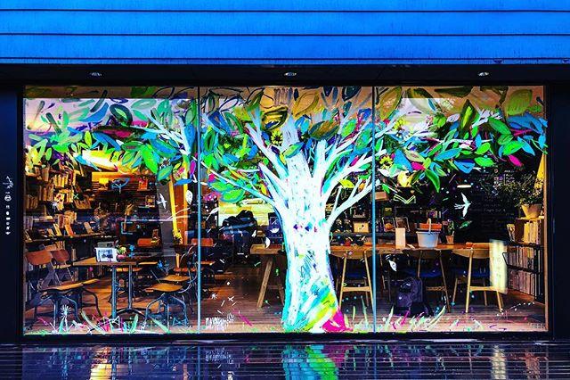 アルタナの1周年。多くのお客様にご愛顧いただきオープン1周年を迎える事ができました。 引き続きアルタナでお過ごしいただく時間をより愉しんでいただきたく、ショーウィンドウに大きな樹を画家持塚三樹さんに描いていただきました。 樹の周りには、鳥が飛んだり鹿が潜んだりしてます。 是非おおきな樹の下でランチやカフェタイムそして読書を愉しんでください。 持塚さん、ご参加の皆さんありがとうございました! 静岡ランチ