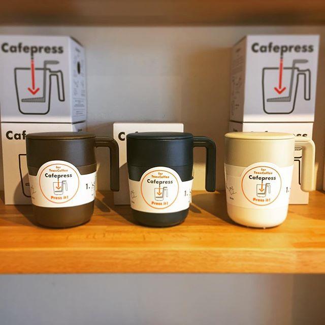 人気のCAFE PRESSマグ。 茶葉やコーヒー粉を入れ、セットのフィルターでプレスするだけの「フレンチプレス式」マグカップです。 カラーはアイボリー、ネイビー、ブラウン、ワインレッド、グリーンがございます。 ハナレアルタナの営業は金、土、日、月11:00〜17:00。 アルタナカフェのハナレHANARE-ALTANA アルタナの丁度良い「しつらえ」-部屋を考える-お店。天然木テーブル・チェア・ソファ・キッチン・生活道具雑貨・本・グリーン・アート 富士市役所北 アルタナカフェ向かいopen!0545-51-8700