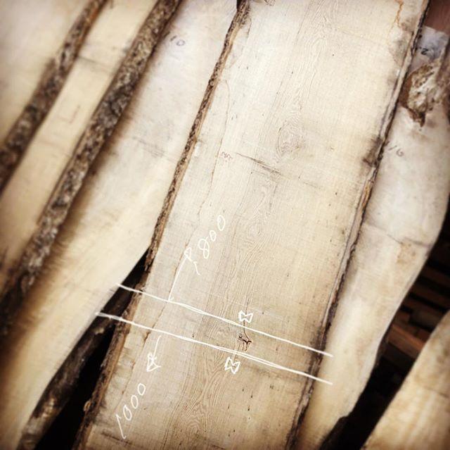 ナチュラルな明るいインテリアイメージをお聞きし、加工前2.9mのタモ材を1.8mのダイニングテーブルと1mのコタツ用天板に分割してのご提案。即決いただき来週納品の為に仕上げ加工。綺麗なタモ一枚板が出来上がりました。 ︎︎ すべてが一点物の無垢一枚板MUKUTEN店頭展示販売中 ︎ ☜ハナレアルタナ 無垢板情報はこちらをcheck! ︎ すべてが一点物 気になる木は ↓ @hanare_altana ・ ダイレクトメッセージへ♪ ︎