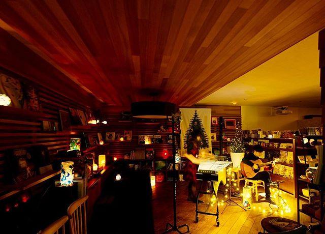 今夜のキャンドルナイトは アコースティックギター佐々木優樹さんとヴィブラフォン石川裕子さんのデュオクリスマスコンサート♬ ヒーリングライトアーティストHIROMIさんによるキャンドルの優しい灯りのもとアコースティックな優しい音色がアルタナ店内に響いています!