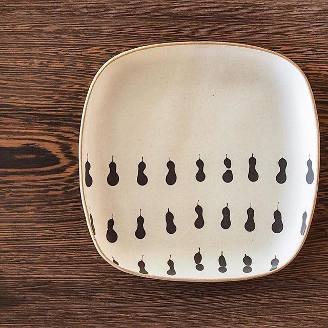 """陶芦澤のスリップウェアと無垢一枚板の展示「MUKU-TEN×器のしつらえ on the table」は来年1/20(土)〜2/18(日)までの期間開催いたします!天然木のテーブルと相性ピッタリの和にも洋にも合う器の""""しつらえ""""をどうぞご覧ください。"""