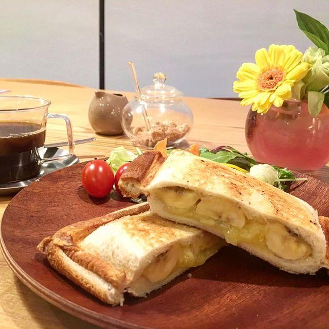本日1月28日は朝カフェの日! 8:30-10:00開店中です。 写真はチョコバナナホットサンド! バナナに熱を加える事でより甘みが際立ちねっとりした食感が味わえます(^^) 10:00-17:00 カフェタイム 11:00-15:30 ランチタイム