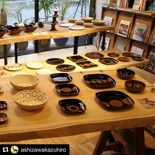 @ashizawakazuhiro 本日1/20(土)〜2/18(日)ハナレアルタナ企画展「MUKU-TEN×器のしつらえ」Table1.陶芦澤のスリップウェアon 一枚板MUKU-TENテーブルスタートです!器と無垢一枚板テーブル展示販売いたします。この機会にぜひご覧ください。
