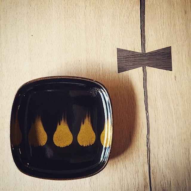 ホワイトオークの一枚板テーブルMUKU-TENの蝶々型に嵌め込まれているものは、「ちぎり」と云われる割れ止めの加工。明るい板にあえて濃いブラウンのウェンジという堅い木材を使うことで、強度は増し、デザイン的なアクセントにもなっています。刷毛目が美しい陶芦澤の飴釉スリップウェアを添えて。