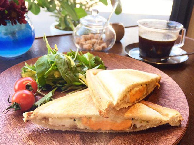 明日3月25日8:00-10:00 「朝カフェ」 開催します(^^) ランチでは食べられない朝カフェ限定のホットサンドをご用意しておりますのでお出かけ前の朝食としていかがでしょうか? ホットサンドは ・ヨーグル豚ベーコンサンド ・バナナチョコ の2種類からお選びいただけます。
