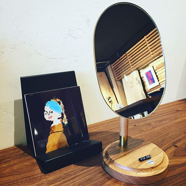 """角度調整できる楕円形のテーブルミラー。素材は真鍮と天然木のクルミ材の組み合わせ。経年と共に味わいの出そうな上質感が特徴です。 CLASKA Gallery & Shop """"DO"""" LOU LOU table mirror 18,000yen+tax"""