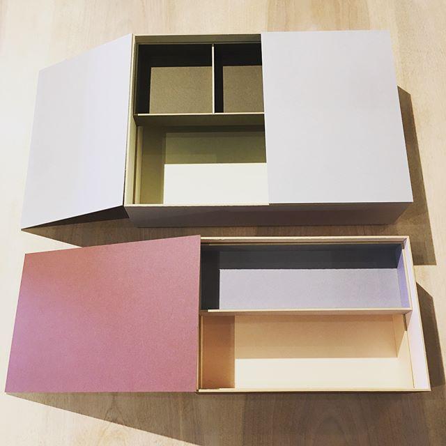 紙の道具「紙器具(しきぐ)」を扱う大成紙器製作所の文箱。 書類や小物の整理に。 箱の中には一回り小さな箱がすっきりと収まるようになっており、こまごましたものを保管するのにぴったりです。 大サイズの文箱の上に小サイズのものを重ねてお使いいただくこともできます。 . 大成紙器製作所 FUMIBAKO *ROBAI Lサイズ ¥5,800+TAX *SAKURA Sサイズ ¥4,500+TAX *FUJI Sサイズ ¥4,500+TAX .
