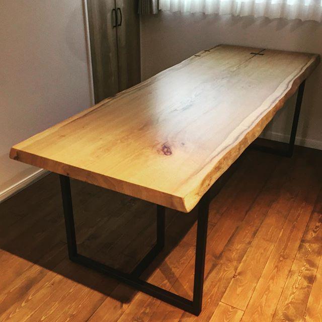 ホワイトオーク一枚板ダイニングテーブル納品事例 比較的真っ直ぐな木目ながら、耳の曲線や節が無垢板の魅力を感じさせます。ブラックのスチール脚との組み合わせがインテリアとマッチして素敵な空間に仕上がりました。こちらのようなウレタン塗装仕上げは、食卓でも安心してお使いいただけます。
