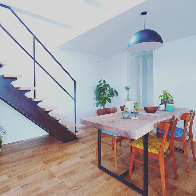 一枚板ダイニングテーブル& チェア納品事例 ブラックウォールナット一枚板にブラックスチール脚のダイニングテーブルは、お客様自身でオイルワックス仕上げの為無塗装で。座面をミナぺルホネンのファブリックに張り替えたデンマークのヴィンテージチェアとコーディネート