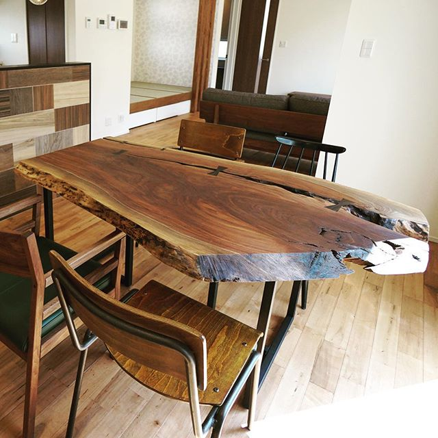 一枚板ダイニングテーブル納品事例 割れをそのままに活かした ワイルドブラックウォールナット 唯一無二の物語を感じる一枚板は一期一会の出会いから