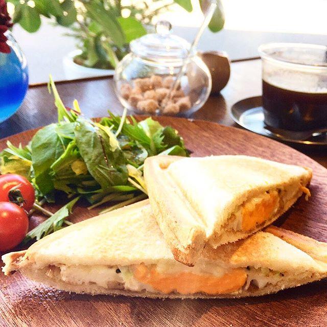 明日6月24日は朝カフェの日! 朝カフェでは朝カフェ限定メニューの6種類のジャム(フレーバー)がのった厚切りトーストやホットサンドをお楽しみいただけます。 写真はヨーグル豚ベーコンのホットサンド! 明日24日8:00-10:00の開催です(^^)