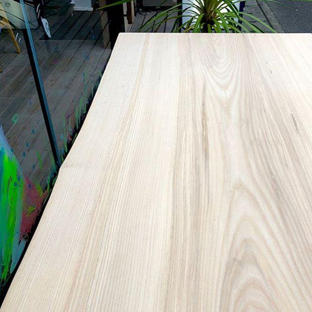 【MUKU-TEN】 ホワイトアッシュ無垢一枚板 明るい色目で真っ直ぐな木目と形の綺麗な一枚板は、4人掛けダイニングテーブルにおすすめです! pic.1〜3 ホワイトアッシュ W1,500×D750mm 149,000yen+ tax ※脚代別途 pic.4 ホワイトアッシュ W1,600×D760〜810mm 186,000yen+tax ※脚代別途