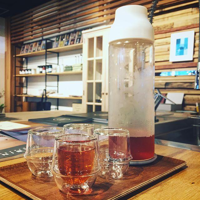 冷たいもの一服いかがですか? ハナレアルタナでは、ご来店のお客様に冷たいドリンクをサービスさせていただきます。 ALTANA Caféでも提供しているKINTOの二重構造のガラス製エスプレッソカップで、teteriaのニルギリアイスティーをどうぞ! こちらの紅茶もカフェでいただけるものと同じで、茶葉はエスプレッソカップとサーブしている360度どこからも注げるCAPSUELコールドブリューカラフェと共にハナレで販売しています。