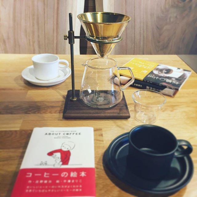 真鍮、ガラス、木。 素材が魅力の絵になるコーヒーブリュワースタンドセット。 個性的なデザインはささやかなコーヒーシーンを上質な時間に変えていきます。 真鍮色のステンレス製のフィルターは、紙フィルターを必要とせず、そのままコーヒーの粉(中挽き)を入れてドリップします。旨み成分であるコーヒーオイルが多く抽出されるので、コーヒー本来のアロマをダイレクトに愉しめます。 KINTO SLOW COFFEE STYLE SPECIALTY ブリュワースタンドセット4cups 15,000yen+tax