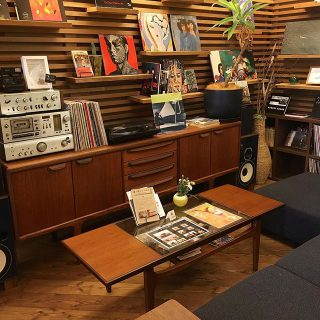 レコードが聴けるソファー席 音楽・読書の秋を楽しんでください! アルタナカフェは本日も10時から17時までのオープンです。