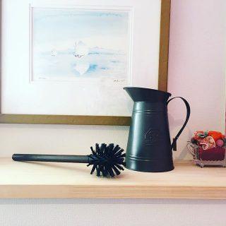 日々の生活に必要不可欠な掃除用具。実用性はもちろんのこと、空間に合わせてデザインにもこだわりたいところです。 . ◆doinel Metal Toilet Brush Holder ¥4,600+tax こちらはピッチャー型のスタンドと天然木のブラシのセット。ヘッドにはナイロン毛が使用されています。 実用性とデザイン性を兼ね備え、トイレ周りをスタイリッシュな印象に。 .