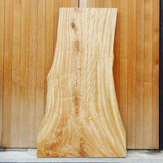 [SOLD]◆新しい無垢板入荷しました! . ①MUKU-TEN クス一枚板 W1500×D610〜880×T40 ¥139,800+tax *オイル塗装済み *別途脚代がかかります . 一枚板の魅力 「木らしさ」のある無骨な形をしたクス一枚板。 木目も場所によってぐねぐねとカーブを描き、木が過ごしてきた時間、歴史を感じさせます。 4人掛けテーブルにオススメの一枚です。 . ←その他無垢板情報はこちらをcheck!