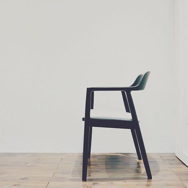マルニ木工×深澤直人 マルニコレクション「HIROSHIMA」アームチェアの展示取扱いがはじまりました。緩やかなカーブを描く背板からアームと広めね座面はゆったり心地よく、ダイニングだけでなくラウンジチェアにもおすすめ。 世界に認められている 品種とデザインのヒロシマ チェアを是非お試しください。 マルニコレクションHIROSHIMAアームチェア ビーチ×マットブラック塗装 張座MIX FLANOグレー(展示中)