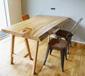 ◆MUKU-TEN納品事例 . ALTANAの無垢一枚板 MUKU-TEN クス一枚板テーブルを納品しました。 . クスは木目が綺麗なだけでなく、 堅くて耐湿性・耐久性が高い木材。 . 塗装により色味が濃くなっており、 美しい木目が際立っています。 特に断面の木目が特徴的! . 同系色のタモ脚を合わせてナチュラルに。 . ←その他無垢板情報はこちらをcheck!