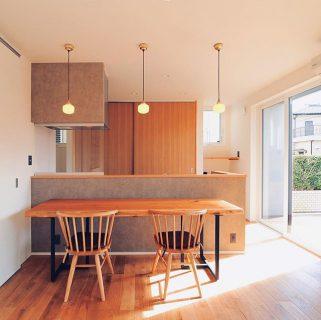MUKU-TEN納品事例 ホワイトウォールナット一枚板を納品いたしました。 W2,100×D600mmと細長い板を可動式の置き型カウンターテーブルとして使用されます。 LivingD第一建設の新築のオーク無垢材の床とも相性抜群でした。 椅子とレザークッションはa.depecheのもの。 一枚板MUKU-TEN、a.depecheをはじめとした家具はハナレアルタナで取り扱いがございます。お気軽にご相談ください。