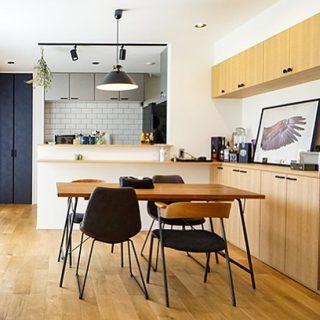 a.depeche家具納品事例 新しいものなのにどこか懐かしく、無機質なものなのにどこかあたたかく感じる。アナログなのにどこかモダン。そんなコンセプトのa.depecheの家具。LivingD第一建設のヴィンテージモダンの家に良く馴染んでいます。 ※ダイニングテーブルは異なるブランドのものです。