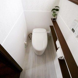タンクレストイレにリフォーム。 トイレ専用床材や壁パネルを使用し、光触媒効果で汚れやニオイの発生を防いでくれるので、お手入れも簡単です。