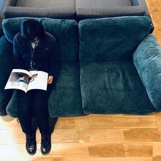 ボリューミーな座り心地の贅沢ソファ。 新しく入荷した冨士ファニチアのnagi Sofa 3Pソファは、後ろやサイドから見える流れるような美しいラインのフレームに合わせた、柔らか過ぎず、固過ぎない程よいホールド感のボリューム満点のフェザークッションが身体を包み込むように支えてくれます。フレームの素材はオーク・ウォールナット・チェリーから、張地はファブリック・本革からお選びいただけます。 冨士ファニチア nagi Sofa 3Pソファ Oak LP 張地;Sタイプ 408,000yen+ tax 布Aタイプ〜オイル調革FO 363,000yen〜629,000yen+ tax
