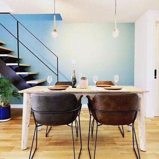 家具設置事例 Living D第一建設の新しいモデルハウス樹BACOにa.depecheのダイニングチェアとオリジナルダイニングテーブルを展示中! ブルーの壁が爽や