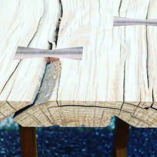 [SOLD]木そのものの無骨さが残る こちらの「ナラ」一枚板、オフィスのテーブルとして納品予定です。 . 既製品のテーブルとはまた違った味のある木肌に、思わず触れたくなってしまいます。 . ☜その他無垢板情報はこちらをcheck!