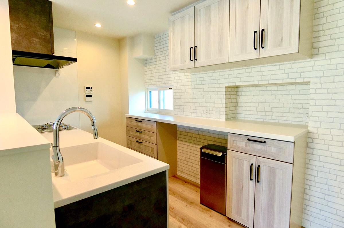 キッチンの背面収納はリビングからも見えるため、部屋全体の雰囲気と合う製品を採用。