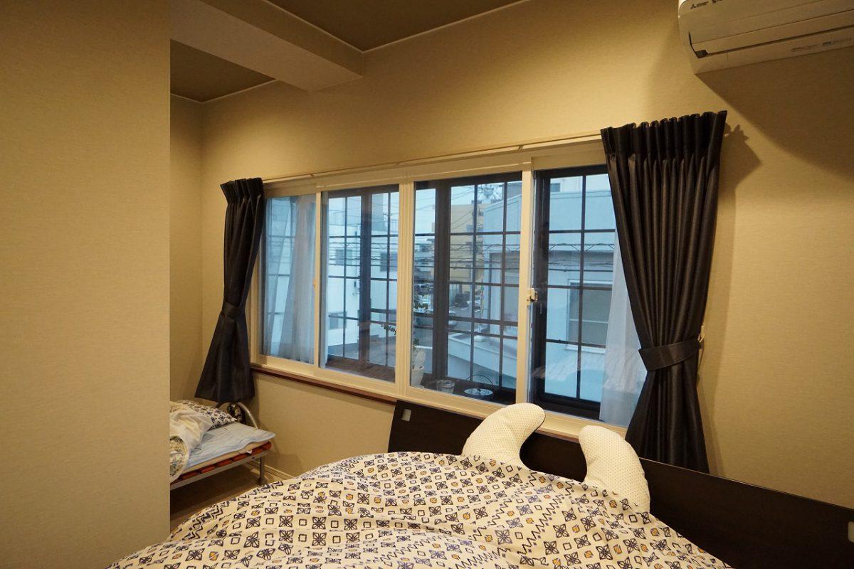 既存の窓の内側にもう一枚窓を設置した「二重サッシ」。窓と窓の間に空気層が作られることで熱が伝わりにくくなり、部屋の断熱効果を高めます。