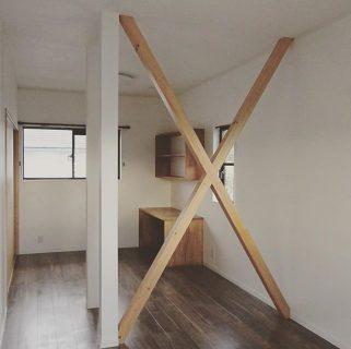 2部屋の間の間仕切りを壊して1部屋にリフォーム。 構造的に取れない柱や筋交は化粧仕上げに。 造り付けで集成材を使用したデスクと壁面収納を