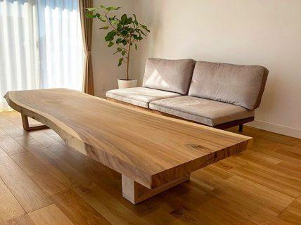 2.6mのモンキーポッド 一枚板をリビングテーブルに! オークの無垢床と相性ピッタリ。 みんなで沢山の料理を囲んで食事を愉しむ床座の暮らしにおススメです。 テーブルの使い方によって脚の高さを変える事も出来ます。 現在富士市のモデルハウスに出張展示中です。 ご見学、ご質問は @hanare_altana ダイレクトメッセージにてお気軽にお問い合わせ下さい!
