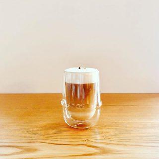 フレーバーカフェラテに 新しくアイリッシュラテが仲間入りしました。 アイルランドのカクテル、アイリッシュコーヒーの味わいのシロップと濃厚なエスプレッソ、そしてたっぷりのミルクフォームをミックス。耐熱二重構造のダブルウォールグラスでお愉しみください!
